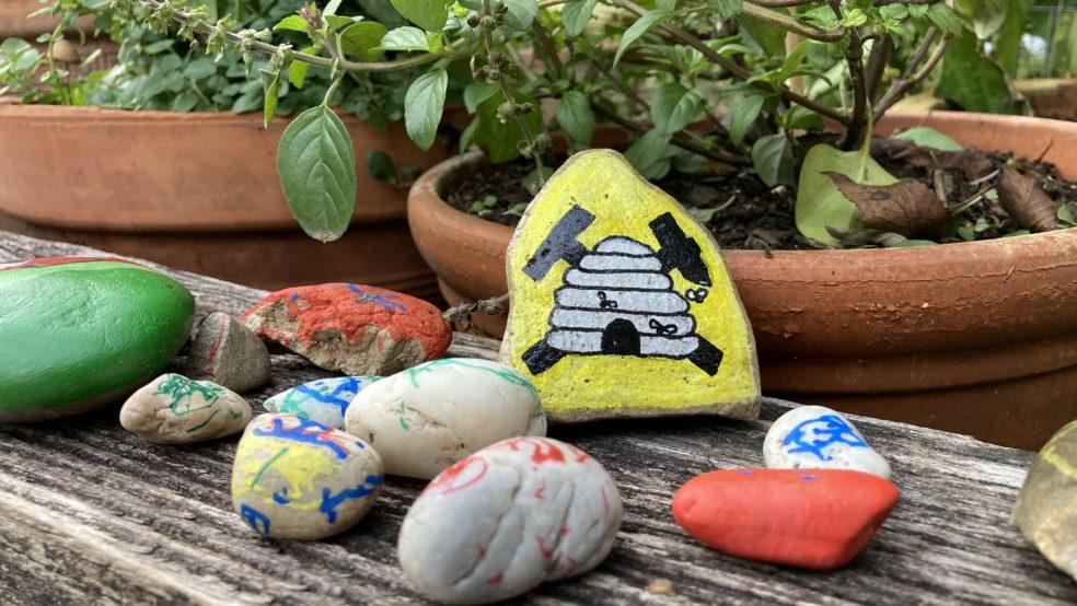 Herbstfarben - bunt bemalte Steine